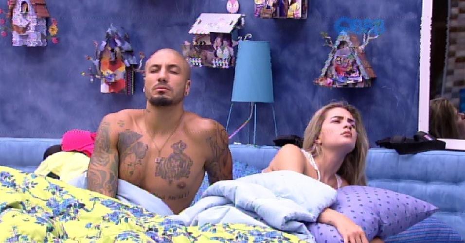 7.fev.2015 - Após irem dormir por volta das 7h30 da manhã deste sábado, Fernando e Aline, assim como os outros brothers, foram despertados pela produção do programa às 9h30