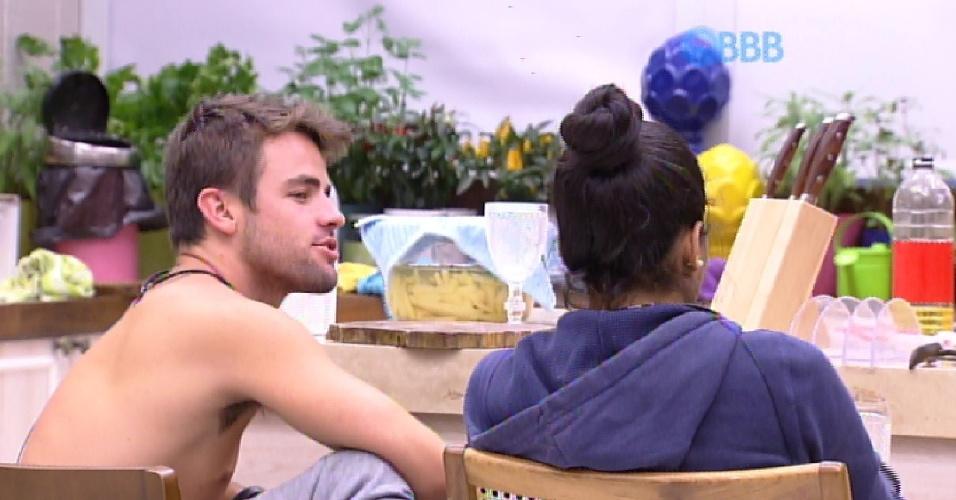 7.fev.2015 - Enquanto cortam batatas para o almoço, Talita conta para Rafael e Angélica ter ouvido Fernando falar que ama Aline.