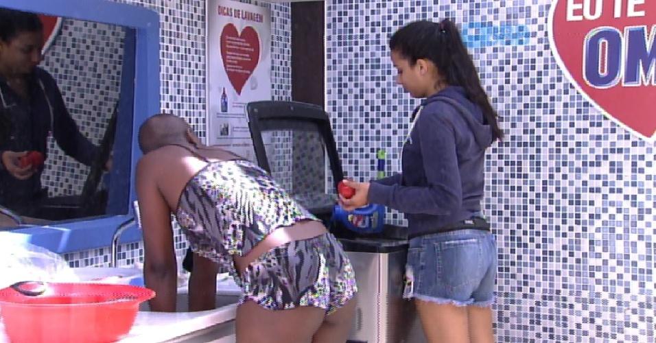 7.fev.2015 - Enquanto lavam roupa, na manhã deste sábado, Angélica conta que Amanda, a líder da semana, dançou de forma provocante para Fernando, e que ele pediu para ela parar