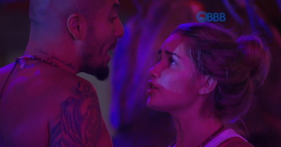 7.fev.2015 - Fernando e Aline se estranham na festa, mas minutos depois eles conversaram e trocaram juras de amor