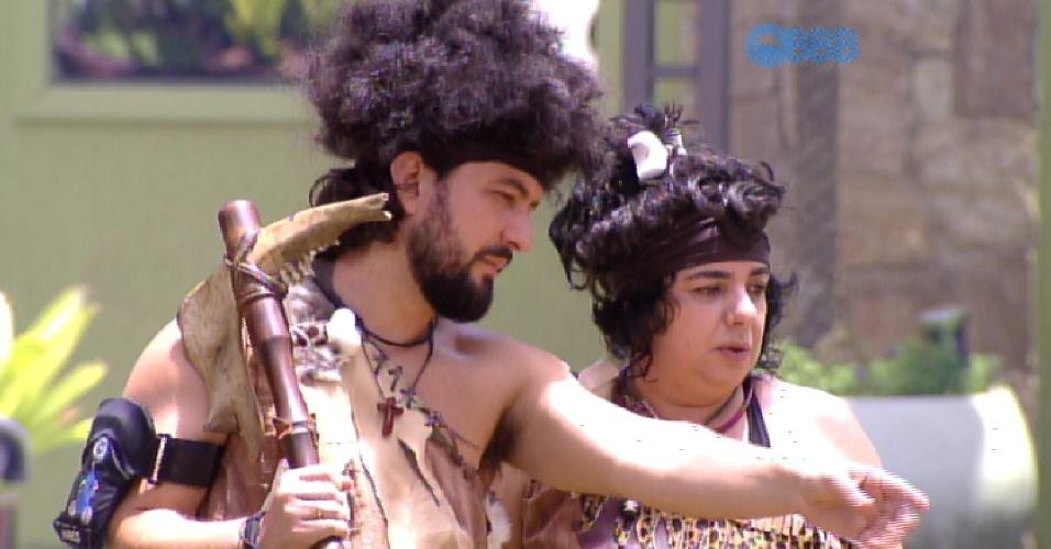7.fev.2015 - Marco e Mariza começam a cumprir o castigo do montro, em que têm que manter uma fogueira acessa até a noite de domingo.