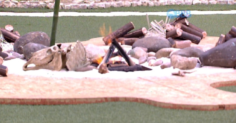7.fev.2015 - Produção cola uma fogueira no meio do jardim para que Marco e Mariza cumpram o castigo do monstro
