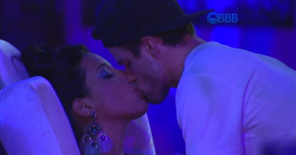 7.fev.2015 - Talita e Rafael dão uma escapadinha da pista e aproveitam para ter um momento mais íntimo