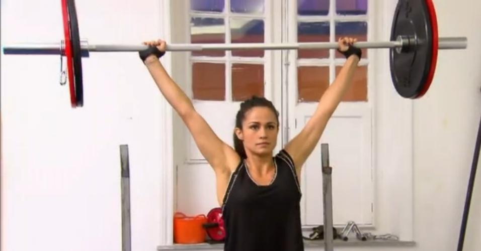 A atriz Nanda Costa levanta 40 kg na barra para manter corpo sarado