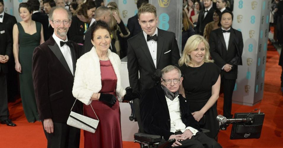 08.fev.2015 - 08.fev.2015 - O cientista britânico Stephen Hawking chega ao tapete vermelho com sua ex-mulher Jane Hawking e sua filha Lucy Hawking