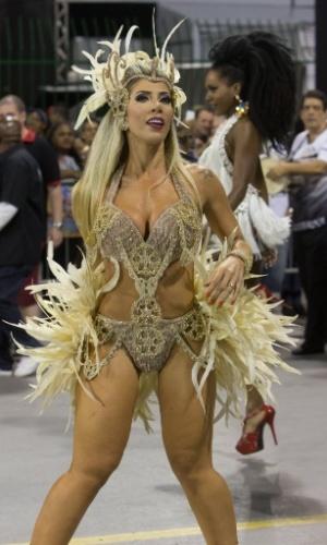 08.fev.2015 - A rainha Tati Minerato exibe pernões e decote durante o último ensaio técnico da Gaviões da Fiel, que aconteceu na madrugada de domingo (08) no Sambódromo do Anhembi.