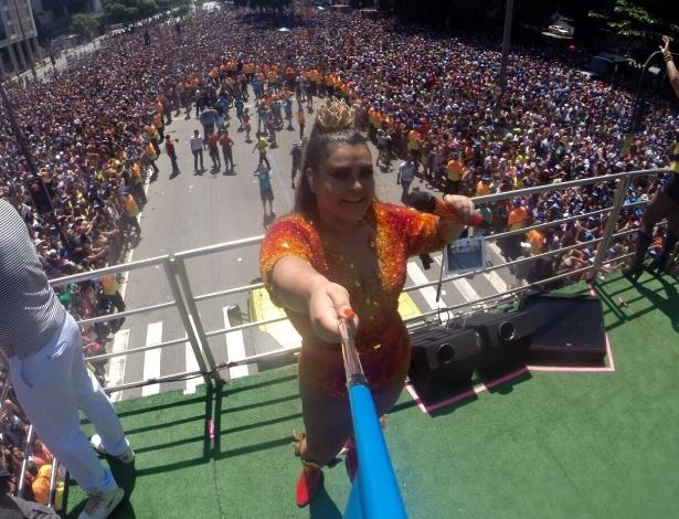 """08.fev.2015 - Com """"pau de selfie"""" de 3m, Preta Gil faz foto de cima do trio elétrico, retratando a multidão que se reuniu para curtir o Bloco da Preta, no Rio de Janeiro."""