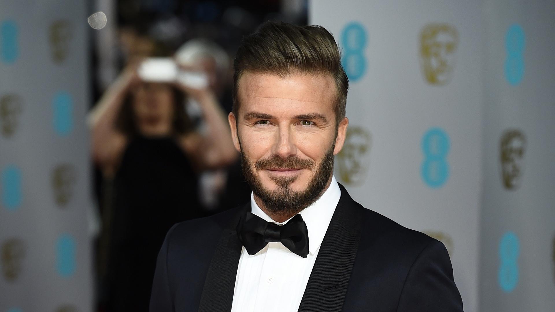 08.fev.2015 - O ex-jogador de futebol David Beckham posa para fotos no tapete vermelho do Bafta 2015