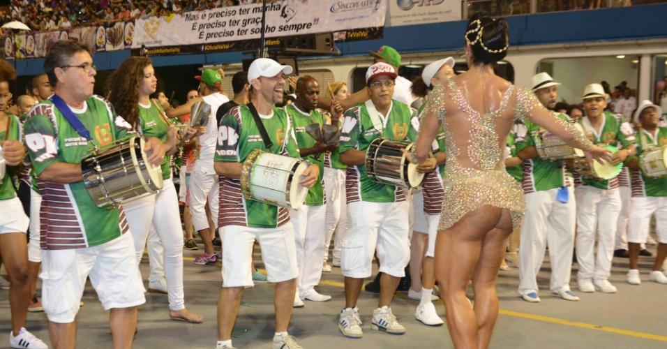 7.fev.2015 - Rainha de bateria, Gracyanne Barbosa samba com vestido transparente e deixa bumbum à mostra no último ensaio técnico da X-9 Paulistana, em São Paulo