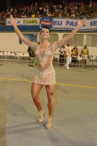 7.fev.2015 - Rainha de bateria, Gracyanne Barbosa samba com vestido transparente no último ensaio técnico da X-9 Paulistana, em São Paulo