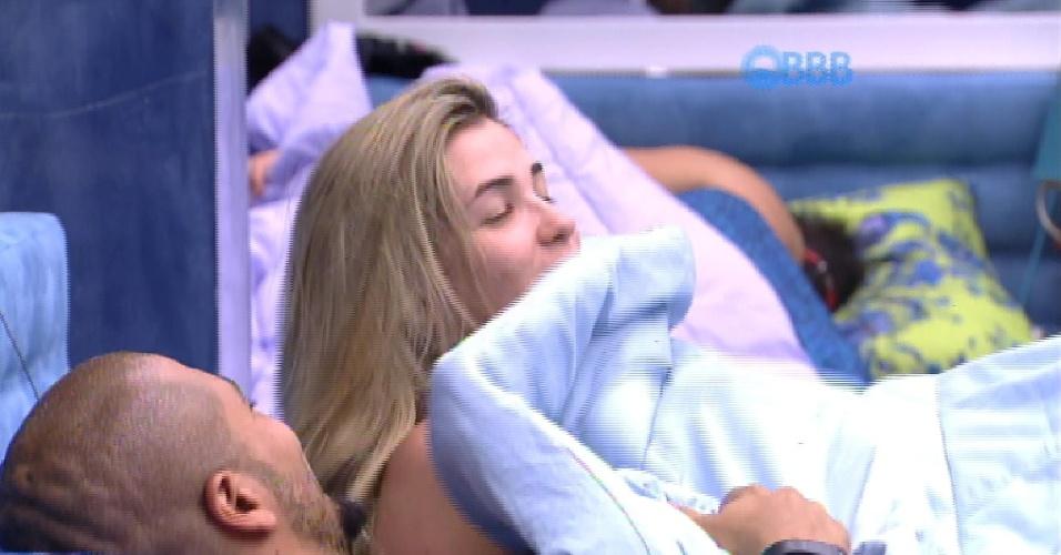 8.fev.2015 - Aline e Fernando trocam carinhos embaixo do edredom