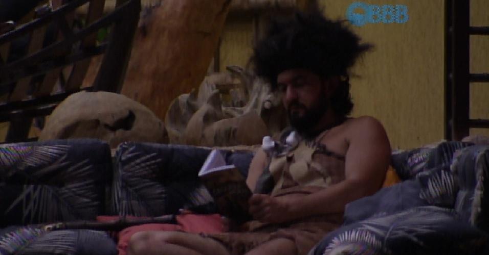 8.fev.2015 - Enquanto todos os brothers dormem, Marco lê um livro na área externa da casa