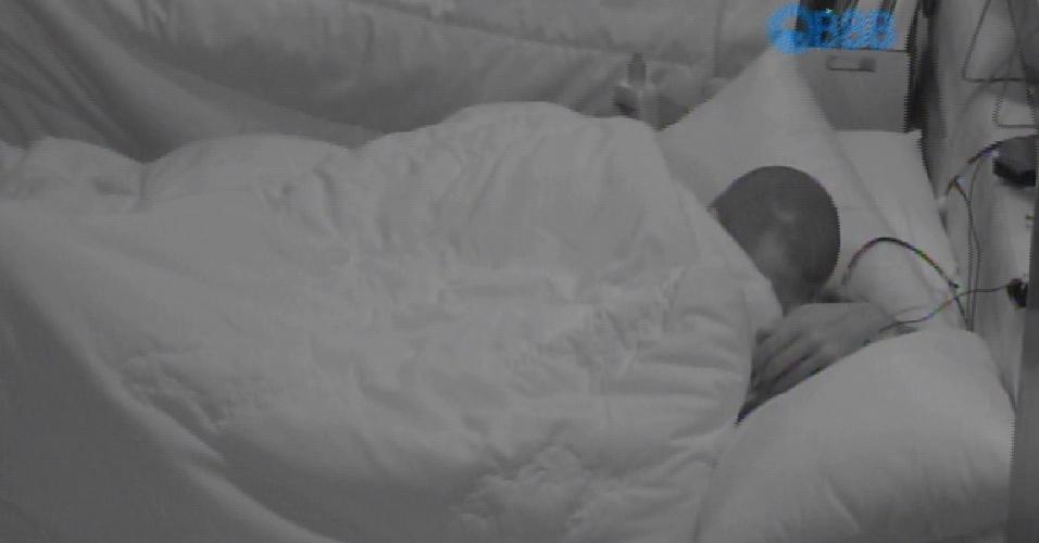 8.fev.2015 - Fernando e Aline trocam beijos embaixo do edredom