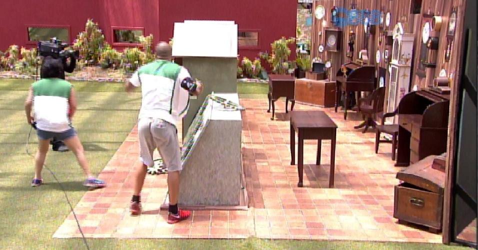 8.fev.2015 - Fernando gira o cuco e grupo verde comemora vitória na prova da comida desta semana