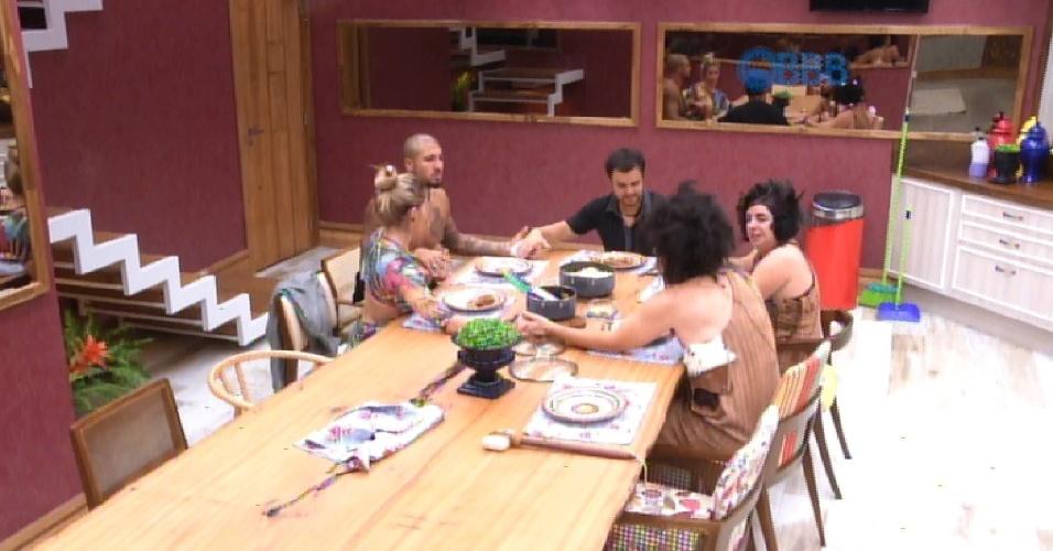 """8.fev.2015 - Grupo Tá com Nada reza antes de comer e Marco pede: """"Que [o BBB] não nos torne piores"""""""