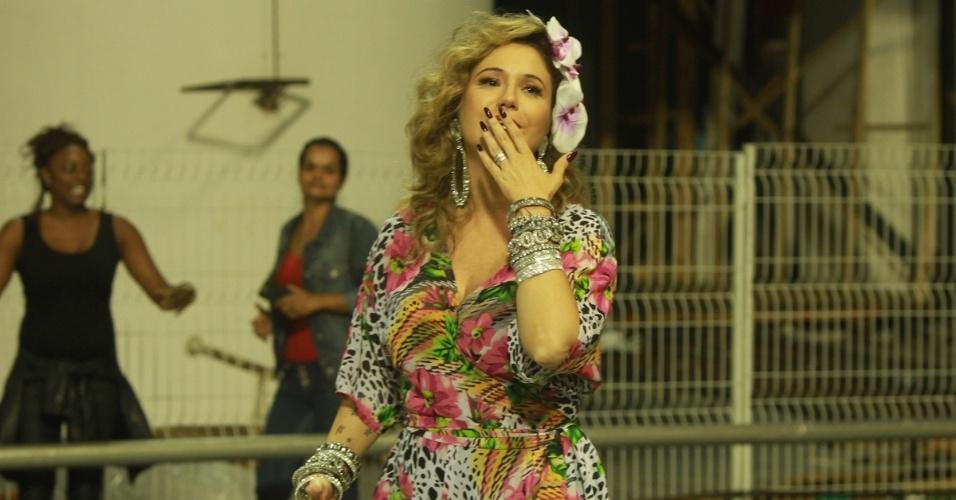 8.fev.2015 - Loira, Maria Rita manda beijos para o público durante o último ensaio técnico da Vai-Vai, em São Paulo. A escola homenageia neste ano sua mãe, Elis Regina