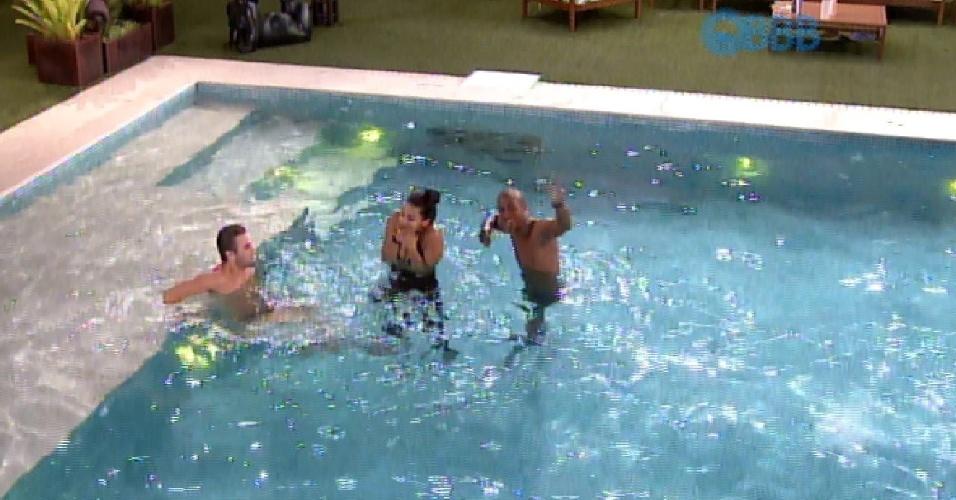 8.fev.2015 - Luan, Talita e Rafael curtem piscina