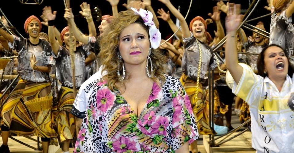 8.fev.2015 - Maria Rita se emociona durante último ensaio técnico da Vai-Vai, em São Paulo. A escola homenageia neste ano sua mãe, Elis Regina