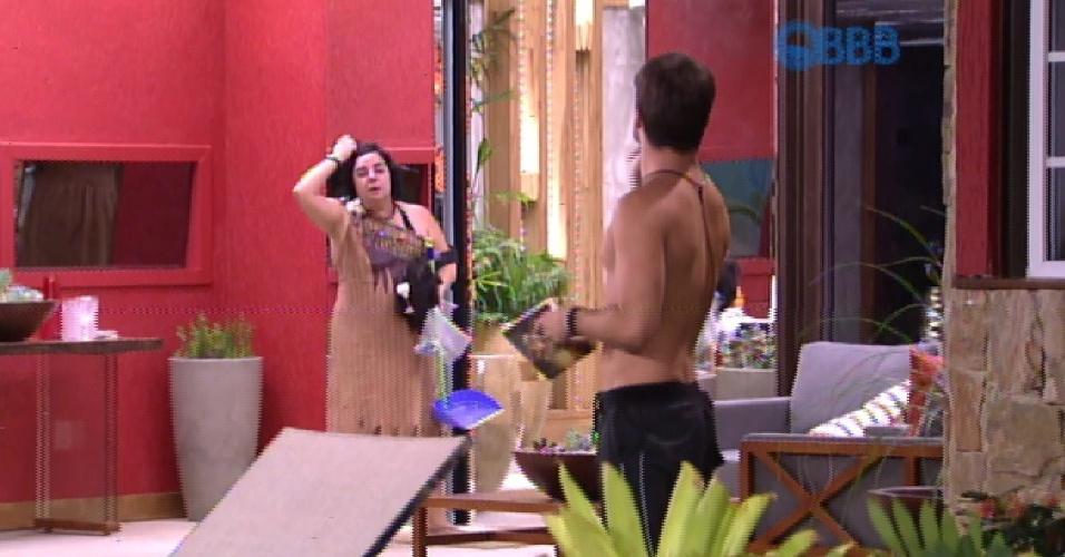 8.fev.2015 - Rafael e Mariza discutem na área externa da casa