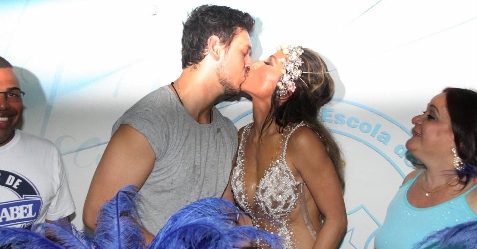 8.fev.2015 - Sabrina Sato ganha beijo do namorado, João  Vicente de Castro, após receber festa de aniversário durante ensaio na quadra da Vila Isabel, no Rio de Janeiro.