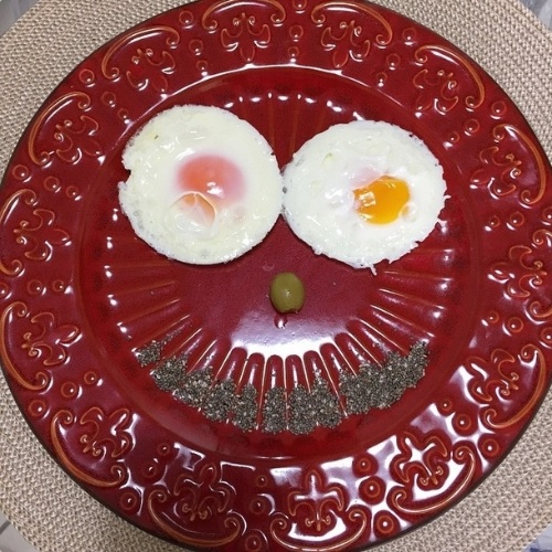 09.fev.2015 - A modelo Carol Magalhães acordou bem-humorada nesta segunda-feira, exibindo um sorrisão no café da manhã. A bela mostrou em seu Instagram que fez uma carinha com os itens de seu prato: dois ovos, uma azeitona e um punhado de chia