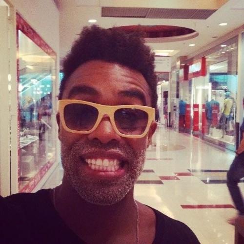 """5.fev.2015 - Douglas aproveita a liberdade para passear em shopping de São Paulo após sua eliminação do """"BBB15"""""""
