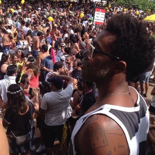 7.fev.2015 - Douglas, ex-BBB15, aproveita bloco de carnaval em SP