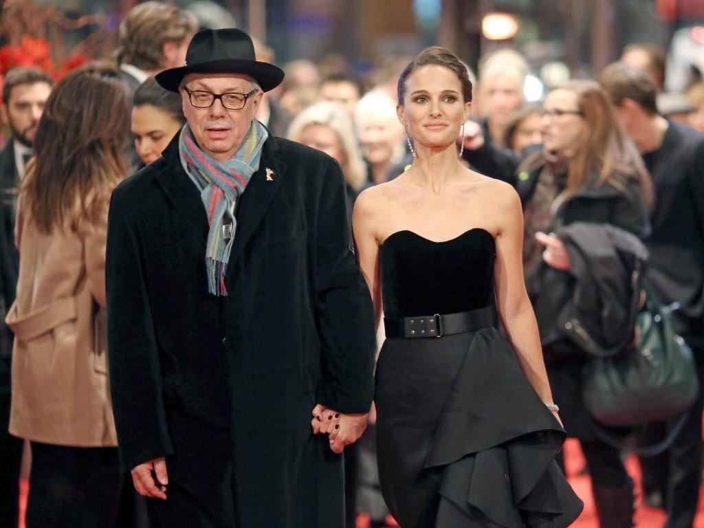 8.fev.2015 - Dieter Kosslick, diretor do Festival de Berlim, chega acompanhado da atriz Natalie Portman para a estreia do filme