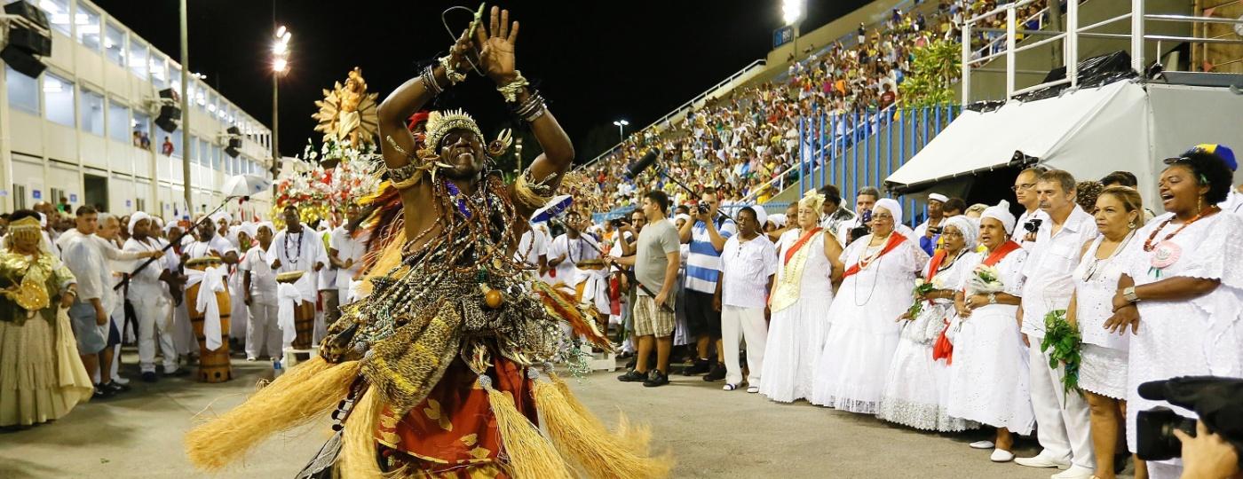 Representantes da umbanda e do candomblé dançaram vestidos de Oxossi e Oxum na lavagem da Sapucaí de 2016 - Marcelo de Jesus/UOL
