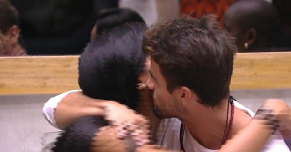 8.fev.2015 - Talita dá o colar do anjo para Rafael