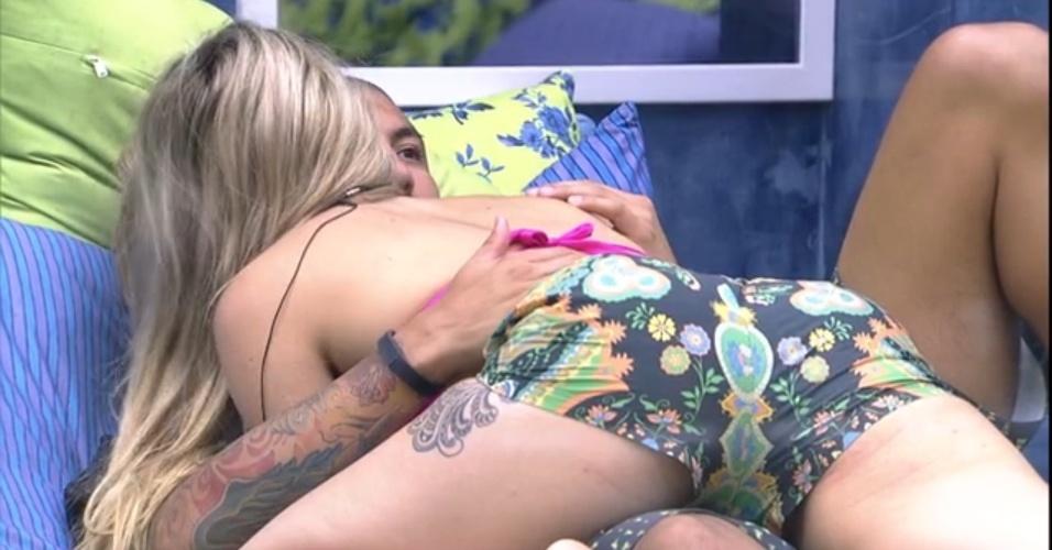 9.fev.2015 - Aline e Fernando testam posições para ficarem abraçados na cama