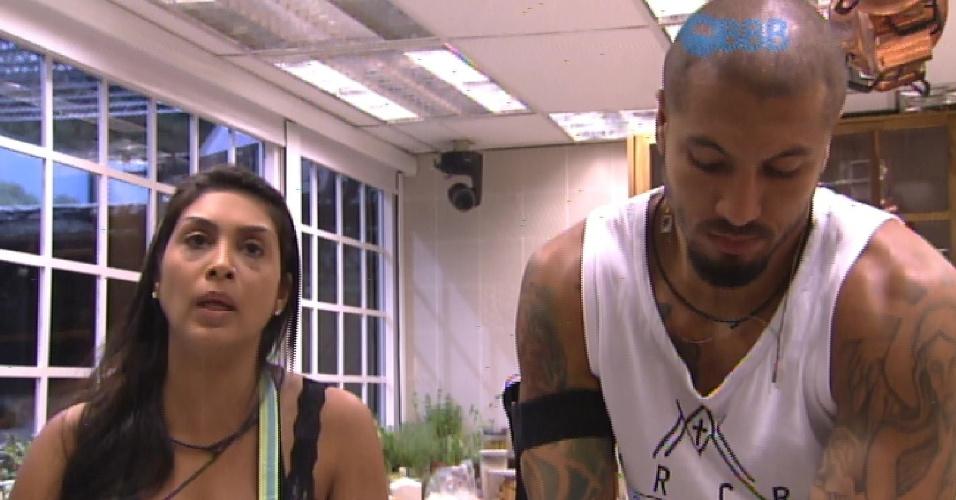 9.fev.2015 - Amanda e Fernando conversam na coznha