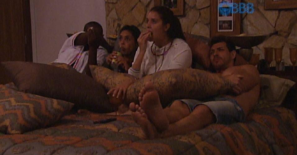9.fev.2015 - Amanda escolhe Cézar, Tamires e Amanda para curtir o cinema no quarto do líder