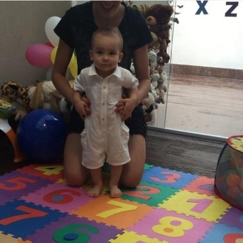 9.fev.2015 - Ana Hickmann mostrou, toda orgulhosa, os primeiros passos de seu filho, Alexandre, de 11 meses, com seus seguidores no Instagram