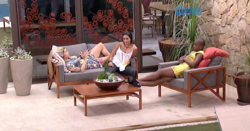 9.fev.2015 - Após discussão na sala, Amanda e Aline dividem o sofá na varanda e conversam sobre Tamires