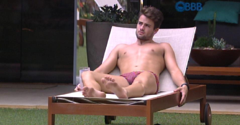 9.fev.2015 - Deitado na espreguiçadeira, Rafael toma sol à beira da piscina