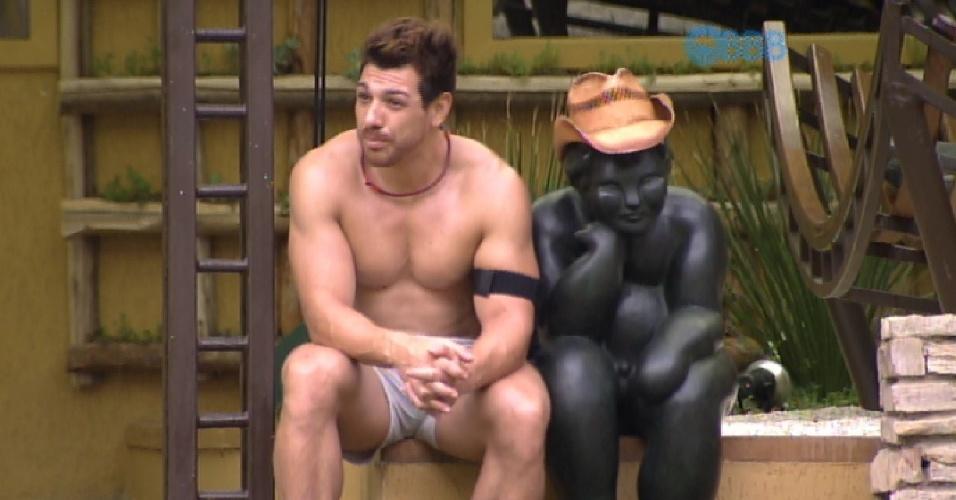 9.fev.2015 - Depois de uma conversa sobre votos com Rafael, Cézar fica sozinho na área externa. Ele, então, senta ao lado de uma estátua, coloca seu chapéu nela e começa a falar em voz alta
