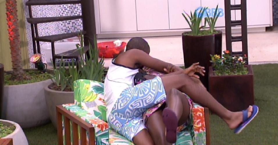 9.fev.2015 - Em brincadeira com brothers, Luan ataca Angélica e simula beijo na auxiliar de enfermagem