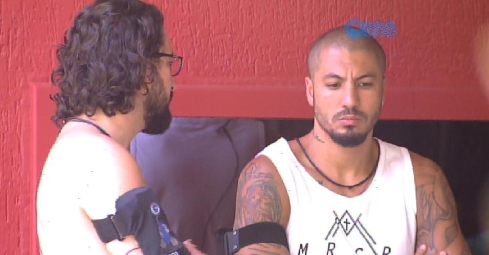 9.fev.2015 - Enquanto aguardam Mariza e Adrilles terminarem as compras, Fernando comenta que a divisão do jogo tomou uma proporção de guerra.