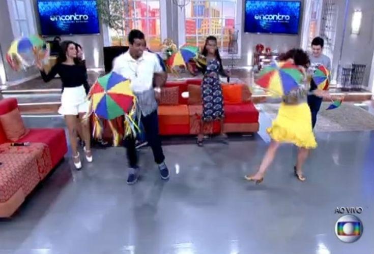 """9.fev.2015 - Fátima Bernardes dá aula de frevo a Marcello Melo Jr., vencedor da """"Dança dos Famosos"""", em 2014"""