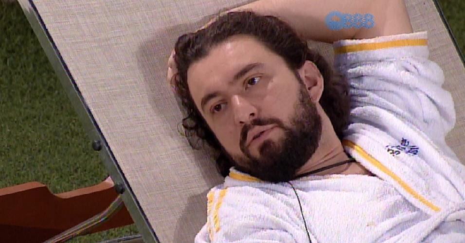 9.fev.2015 - Marco conversa durante a madrugada com Mariza e questiona se está trazendo algo de bom ao jogo
