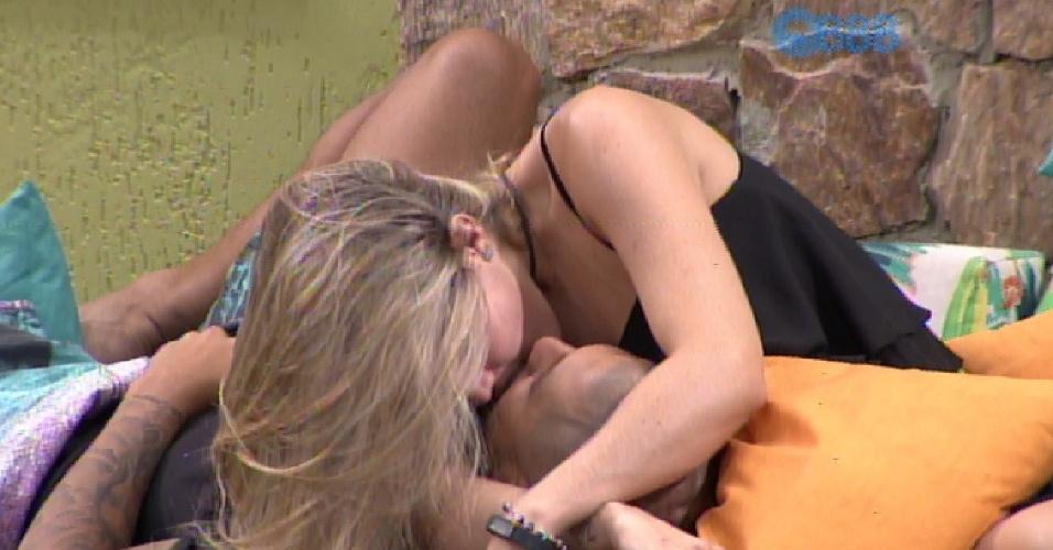 9.fev.2015 - Na área externa da casa, Fernando faz promessa a Aline