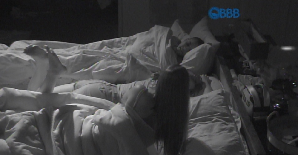 """9.fev.2015 - No quarto da líder, Angélica dá opinião sobre Amanda olhar para Fernando nas festas: """"Você tava olhando sim"""""""