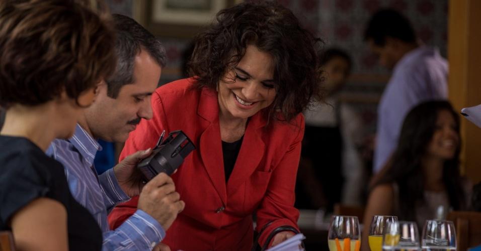 """9.fev.2015- Em cena do novo quadro """"Vingança dos Famosos"""", Regina Duarte reconhece o tabelião ( Maurício Rizzo ) em um restaurante"""