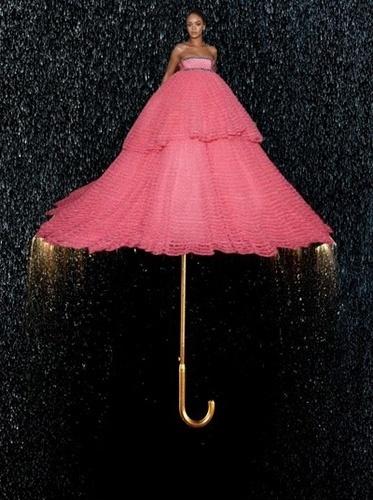 """A saia bem grande do look de Rihanna se transformou em um guarda-chuva nas mãos do internauta criativo - que relembrou um dos sucessos da cantora, a música """"Umbrella"""" (guarda-chuva, em português)"""