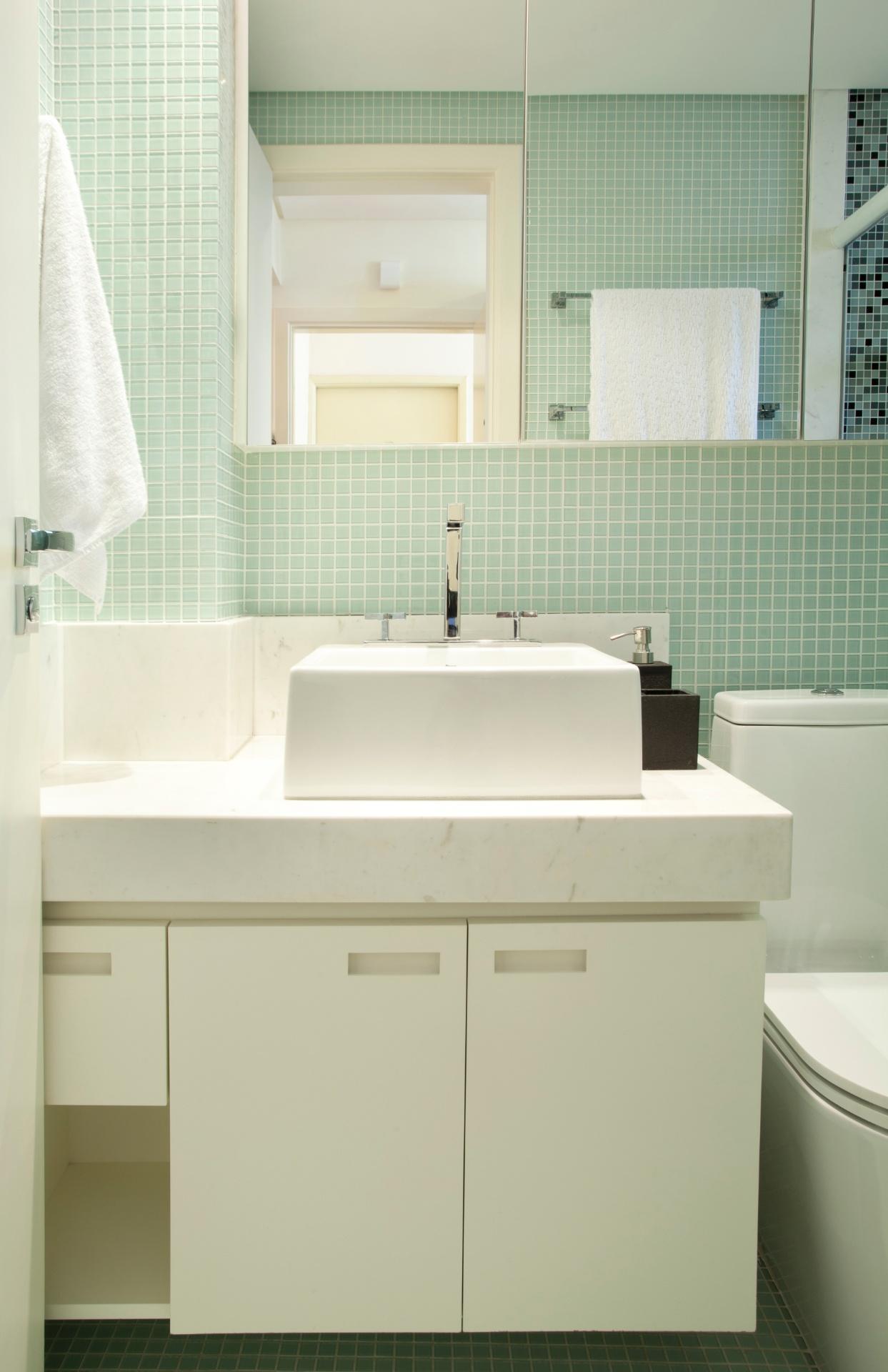 O banheiro foi diminuído em sua área total para que fosse possível instalar uma máquina de lavar roupas na lavanderia (ao lado). O ambiente tem revestimento em pastilhas de vidro claras (Colormix), o que - combinado com circuitos separados de luz - oferece iluminação funcional e aconchegante, e amplia o espaço visualmente.