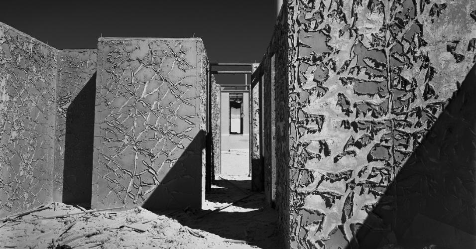 """As cidades localizadas no deserto na região norte do Chile, que foram redutos industriais na primeira metade do século 20 e agora são cidades-fantasma, são o tema da exposição """"Salitreiras"""", com fotos de Dimitri Lee."""