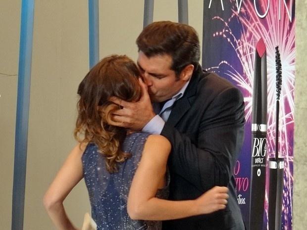 Em Alto Astral, Marcos pede Laura em casamento e beija a jornalista à força