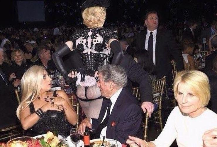Em uma montagem, o bumbum de Madonna chocou Lady Gaga durante um jantar