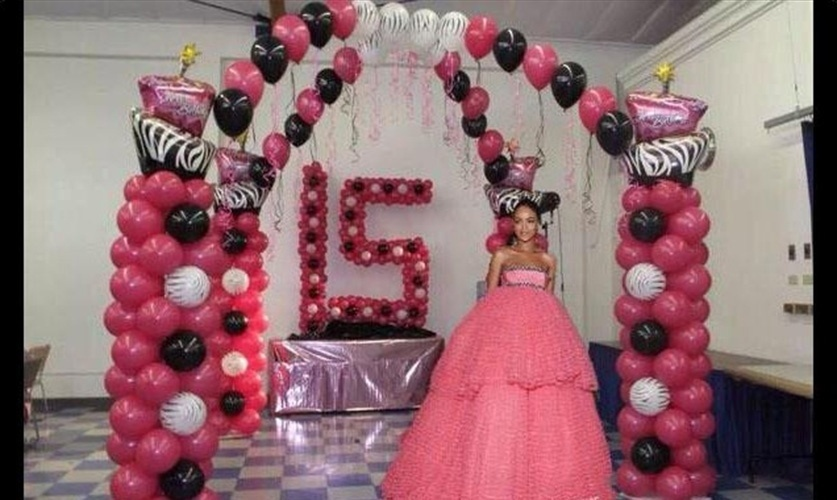 O vestido Giambattista Valli amplo e rosa de Rihanna lembrou os vestidos populares entre as debutante. Por isso, por que não colocar a cantora em uma festa de 15 anos?